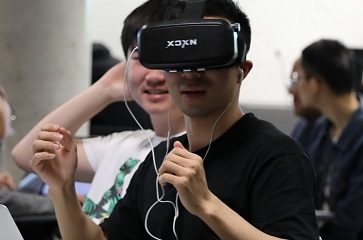 Student in a SOLA4012 class using VR technology